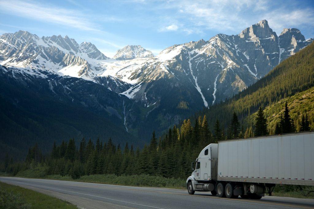 Camion blanc sur la route en montagne