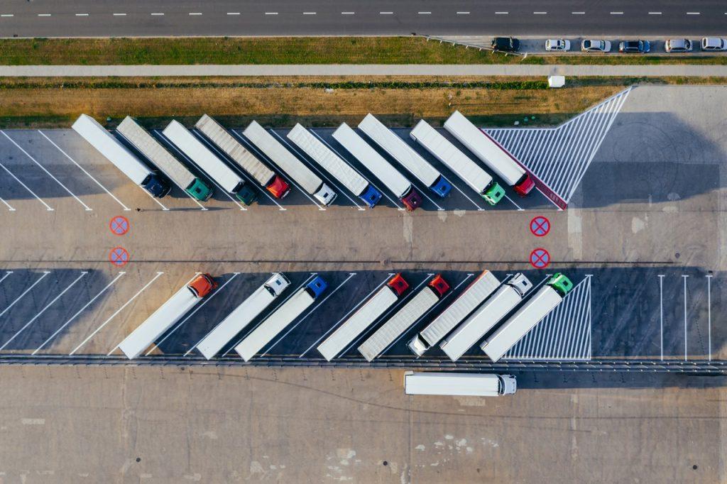 Parking avec camion stationné
