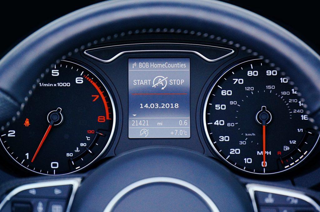 Compteur d'une voiture, tableau de bord, kilomètres vitesse, volant