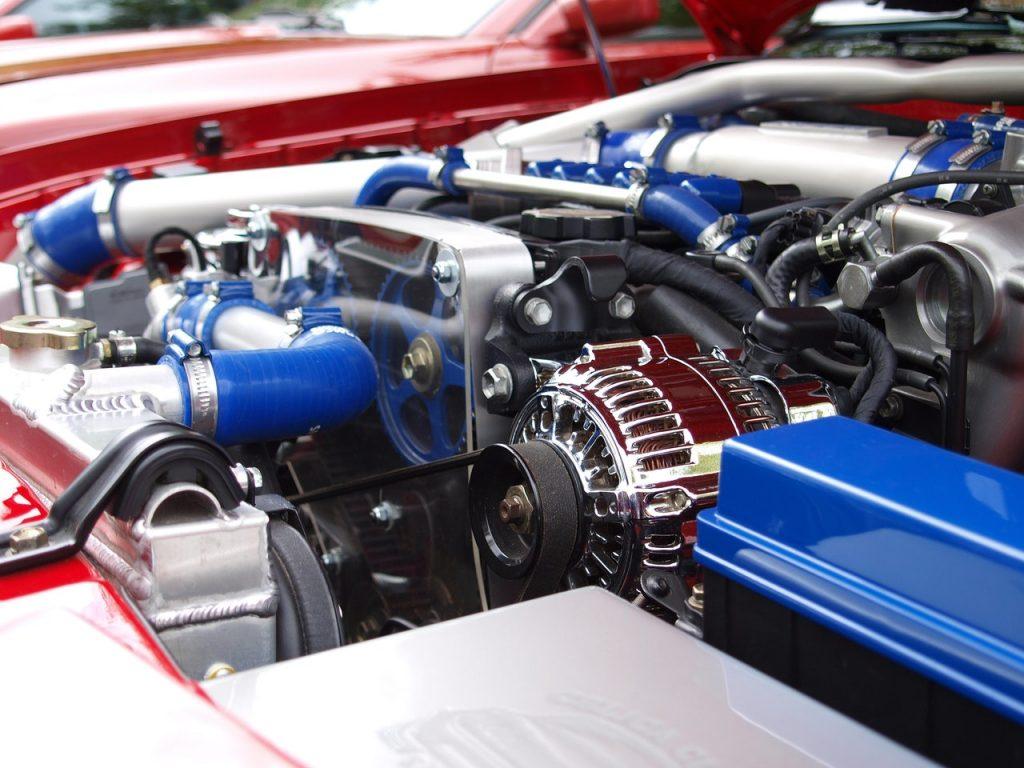 Moteur d'une voiture couleur rouge bleu propre