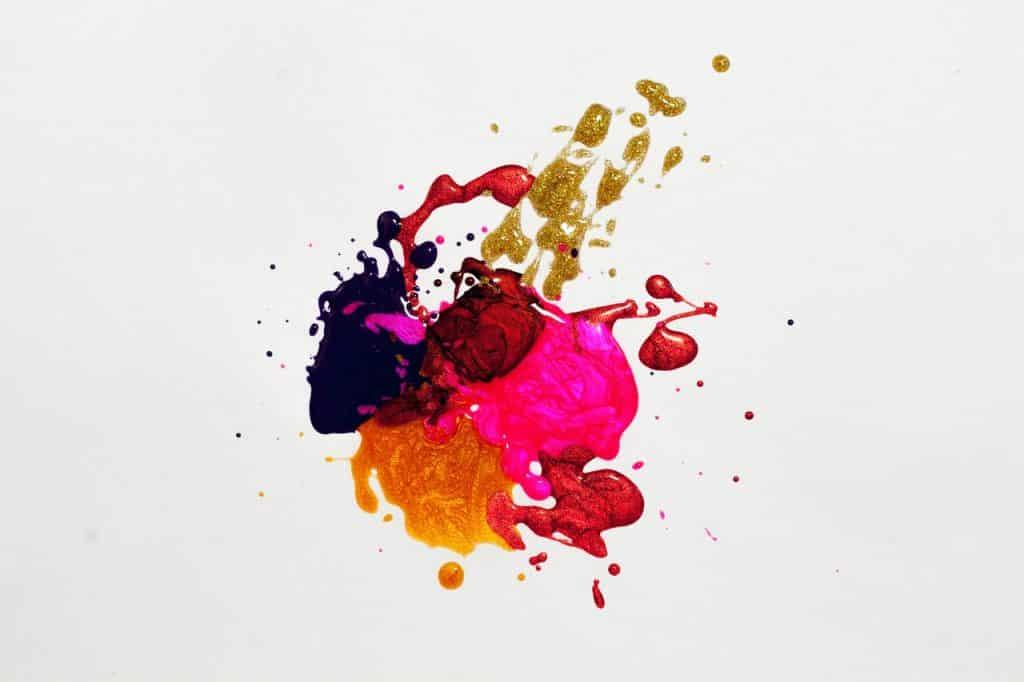 Tâche de peinture, mélange de différentes couleurs rose, orange, jaune, violet doré