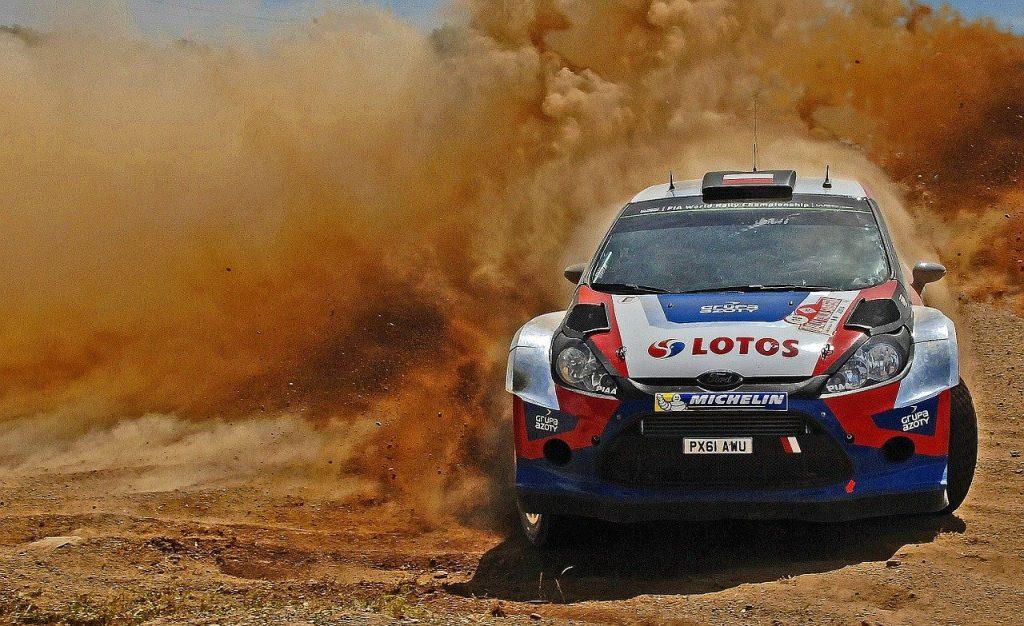 voiture de rallye sur circuit pilote et copilote