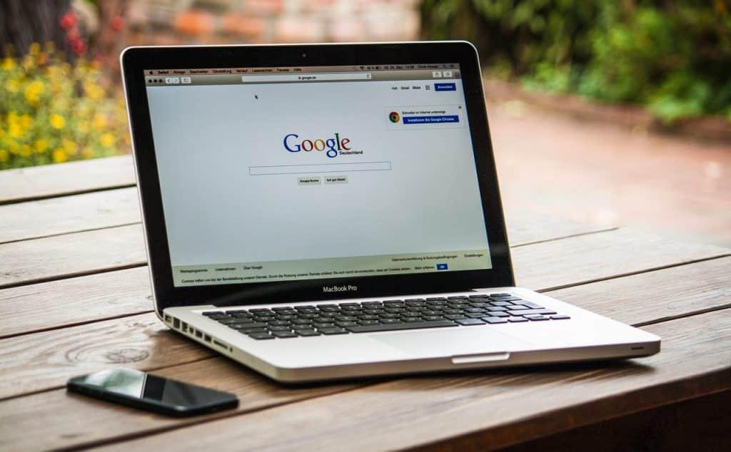 Ordinateur ouvert sur la page du navigateur internet Google