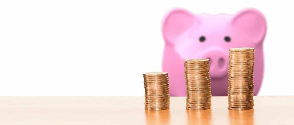 Tirelire cochon rose, monnaie argent, pièces
