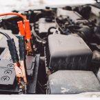 câbles de démarrage dans un capot de voiture
