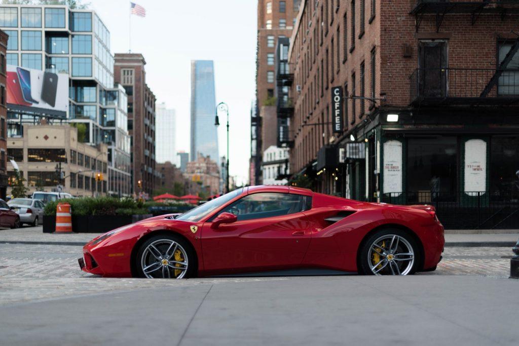 Ferrari rouge en plein centre ville
