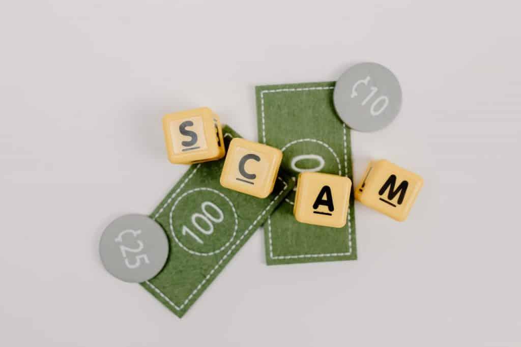 Lettres scrabble, scam alerte, arnaque, escroquerie