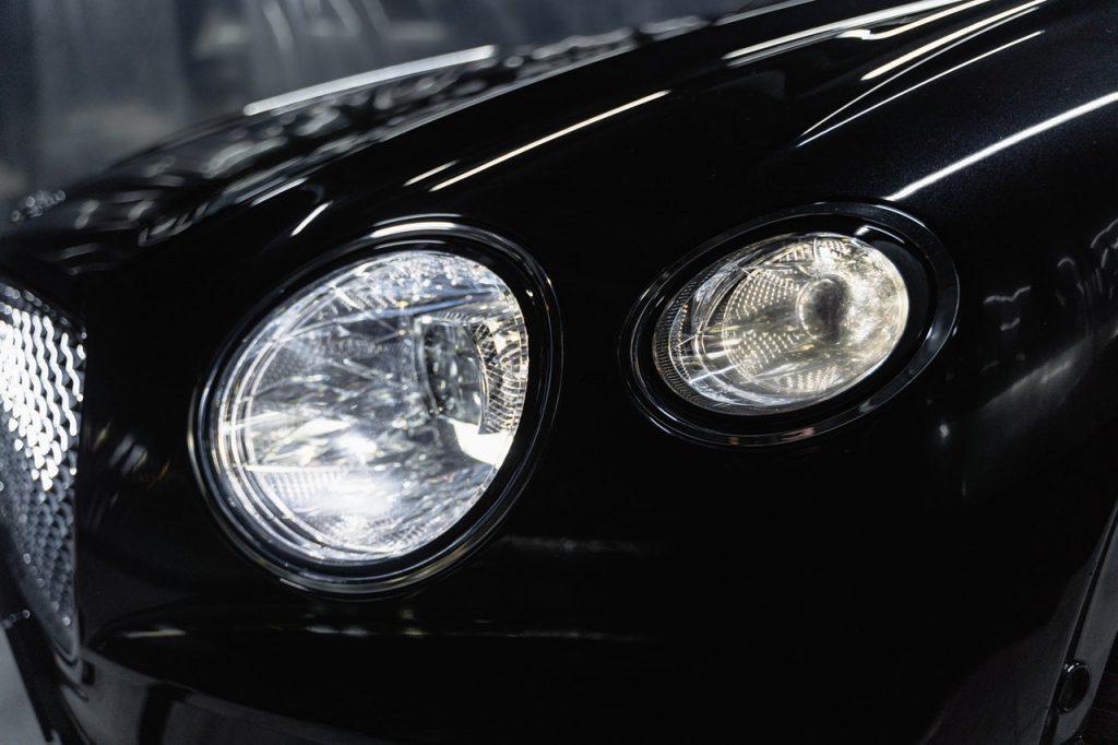 Phare LED d'une voiture noire